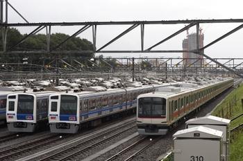 2011年9月5日 6時10分頃、小手指車両基地、右端が東急5000系・4002F。