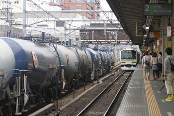 2011年9月23日 12時4分頃、高田馬場、北行の石油専用貨物列車と山手線。