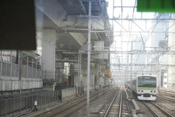 2011年10月8日、神田~東京、山手線外回り車内から見た東北縦貫線工事現場。