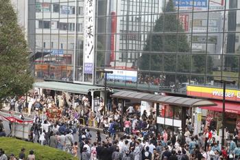 2011年10月9日、所沢駅前、まつりで駅前広場は自動車通行止めです。