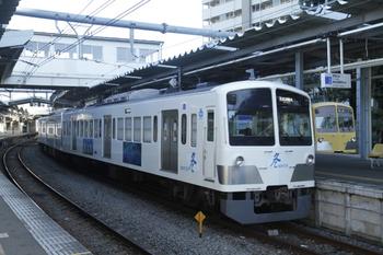 2011年10月16日、萩山、1253Fの5571レ。奥は1261Fの6491レ。