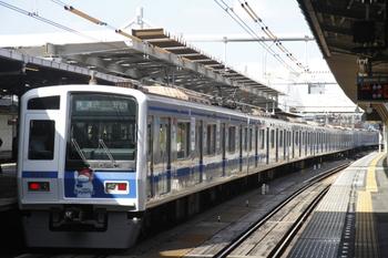 2011年11月16日、所沢、3620レの車体広告電車の6157F。