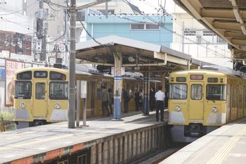 2011年10月17日 12時11分頃、田無、下り回送列車2本の並び。