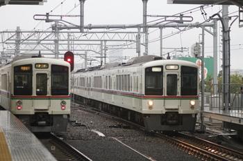 2011年10月22日 7時15分頃、石神井公園、4000系列車のすれ違い。