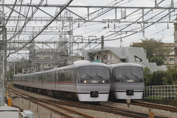 2011年10月23日 10時31分頃、西所沢、左がドーム93号の10103F。