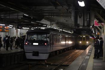 2011年10月24日 19時14分頃、所沢、左が10104Fの所沢止まりの下り特急 小江戸号。