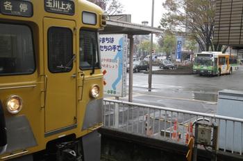 2011年11月19日 11時53分頃、小平、2029Fの5455レ。右奥に都バス。