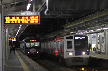 2011年11月25日、西所沢、右が4546レの6115F。