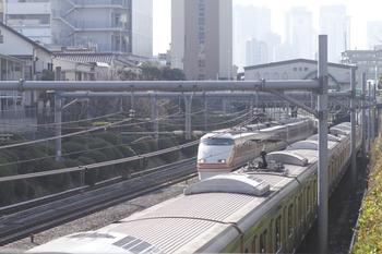 2011年12月31日 10時40分頃、池袋~目白、JR山手線と併走する東武スペーシア(1063M)。