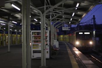 2011年12月28日 6時33分頃、豊島園、1番ホームに到着する3003Fの下り回送列車。