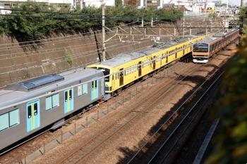 2020年11月1日 10時42分ころ。新秋津。40154Fの飯能方5両が263Fに牽引され西武線内へ向かいました。隣を武蔵野線の電車が通過。