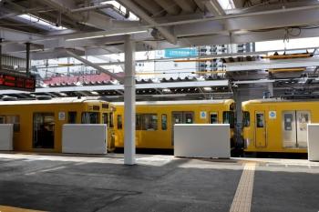 2020年11月1日 13時半ころ。所沢。改修されたホームと停車する2000系の列車。