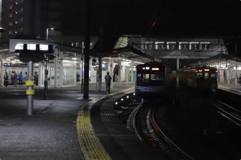 2020年11月2日 21時50分ころ。西所沢。1番ホームから2001Fの本川越ゆき各停 8094レが発車。左端の4番ホームに見える6114Fの4136レは、8094レの発車を待って4分ほど止まっていました。