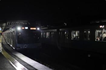 2020年11月2日 21時57分ころ。西所沢。1番ホームへ32103F+38111Fの8262レが到着し、2番ホームからY514Fの6231レが発車。