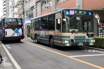 2020年11月3日 11時11分ころ。保谷。新旧の西武バスが駅前ですれ違いました。