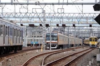 2020年11月3日。保谷。右が2番ホームから発車した2073Fの5305レ、左がY515Fの上り回送列車。