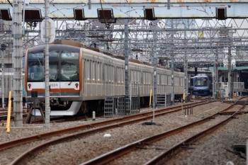 2020年11月3日。保谷。右奥の2番ホームにY515Fの上り回送列車が入線。その左方、3番ホームからは東急5119Fの6658レ(16K運用)が発車。三つ前の写真で左に見えていた車両です。