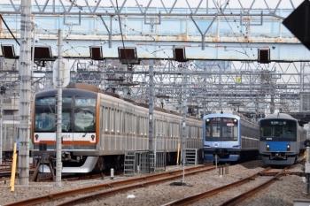 2020年11月3日 11時49分ころ。保谷。20103Fの4123レと並んで、Y515Fの回送列車が2番ホームから4番線へ入ります。
