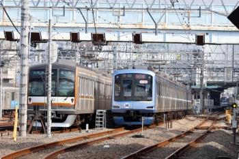 2020年11月3日 11時58分ころ。保谷。左から、5番線で待機する29S運用のメトロ10002F、1807レをひばりが丘から代走するY515Fの下り回送列車、そして右奥は2番ホームへ到着するY500系の6657レ。