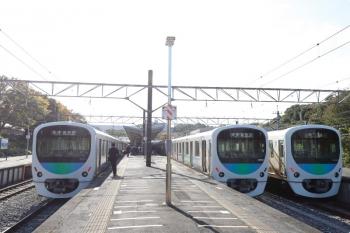 2020年11月3日 13時10分ころ。西武球場前。左から、7513レで到着した38112F、発車は暫く先の6154レの38106F、上り回送列車の38104F。