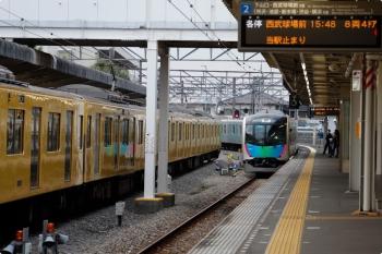 2020年11月3日。西所沢。右が西武球場前へ発車した40105Fの下り回送列車。左は2077Fの4354レ。