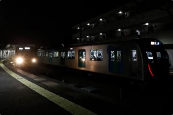 2020年11月3日 18時34分ころ。西所沢。1番ホームへ到着した40151Fの臨時急行 7274レと、2番ホームから発車した2091Fの4359レ。