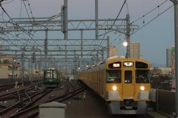 2020年11月5日。石神井公園。6番線で東急5122F(緑)が寝てました(左)。右は2087F+2463Fの2102レ。