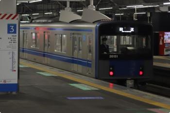 2020年11月13日 5時30分ころ。所沢。3番ホームを通過する20151Fの上り回送列車。まったく予期してなくて、慌てて撮影しました。