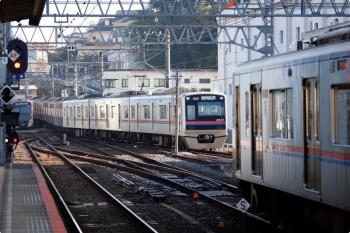 2020年11月15日。佐倉。中央奥が1番ホームへ到着する特急 京成上野ゆき。右手前は2番ホームで発車を待つ始発の快速 西馬込ゆきで、これが出発後に、左奥の下り本線で待機中の都営5500形が2番ホームへ入ります。
