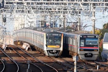 2020年11月15日 7時44分ころ。京成高砂。上野からの特急と、地下鉄からのアクセス特急の、2本の成田空港ゆきが並んで到着。