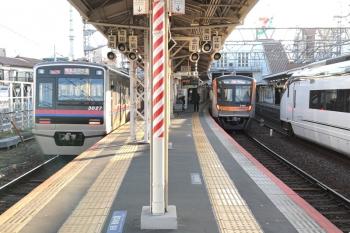 2020年11月15日 7時46分ころ。京成高砂。上野からの特急と、地下鉄からのアクセス特急の、2本の成田空港ゆきが並んで発車。隣を上りのスカイライナーも通過。