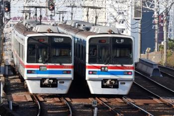 2020年11月15日 8時27分ころ。京成高砂。3421ほかの羽田空港ゆき快速特急と、3441ほかの上野ゆき普通が並んで発車しました。