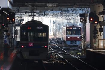 2020年11月15日 8時38分ころ。京成高砂。3788ほかの快速 京成佐倉ゆきが発車し(左)、京急1725ほかのアクセス特急 京急久里浜ゆき(57H運用)が到着。