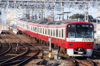 2020年11月15日 8時41分ころ。京成高砂。「回送」表示で到着する京急1024ほかの普通 京成高砂ゆき(73H)。