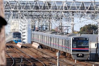 2020年11月15日 8時44分ころ。京成高砂。上の写真の京急1024ほかの普通 京成高砂ゆき(73H)が停車中なので、後ろの千葉ニュータウン鉄道9100形は止まってます。