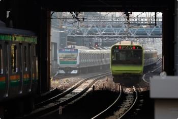 2020年11月16日 8時17分。恵比寿。右から山手線・内回りのE235系、埼京線のE233系、湘南新宿ラインのE231系?。
