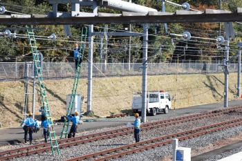 2020年11月16日 10時半ころ。小手指車両基地。架線に梯子を立てかけて何やら作業(訓練?)してました。