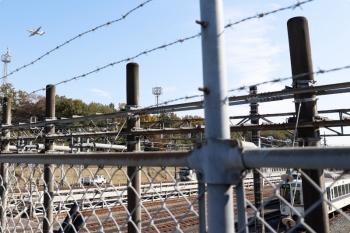 2020年11月16日 10時半ころ。小手指車両基地横の公道から。列車無線関係の工事中と思われる4000系と、自衛隊の飛行機。