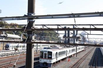 2020年11月16日 10時40分ころ。小手指車両基地横の公道から。列車無線関係の工事中と思われる4000系と、自衛隊の飛行機。