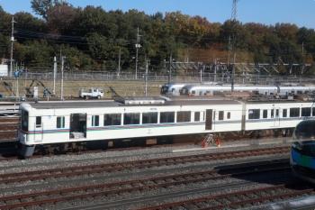 2020年11月16日 11時過ぎ。狭山ヶ丘〜小手指駅間を走行中の上り列車から。小手指車両基地の飯能方で、列車無線関係の工事と思われる4007F。
