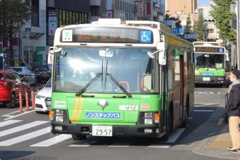 2020年11月17日 8時26分ころ。目白駅前。手前が池袋駅東口ゆき、奥が新宿駅西口ゆきの都バス2台。