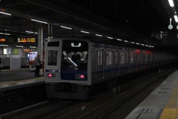 2020年11月18日 5時30分ころ。所沢。3番ホームを通過する6104Fの上り回送列車。