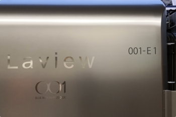 2020年11月19日。池袋。2レで到着した001-E編成の側面アップ。ブルーリボン賞受賞記念のロゴがありました。