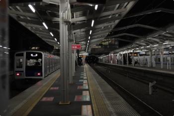 2020年11月20日 5時36分ころ。清瀬。1番ホームを通過する6116Fの上り回送列車。4番ホームでは6157Fが寝てました。
