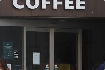 2020年11月22日。閉店中のスターバックス池袋明治通り店。店内に荷物が溜まってます。