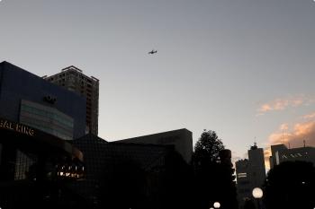 2020年11月22日 16時半ころ。池袋駅東口の東京芸術劇場前。お空をジェット機が通過中。