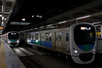 2020年11月28日 17時52分ころ。所沢。左は、4番ホームへ到着する38112Fの上り列車。