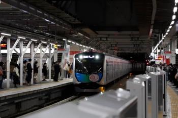 2020年11月28日 17時58分ころ。所沢。4番ホームへ到着する40152F(カナヘイ)の上り列車。「各停 飯能」表示です。