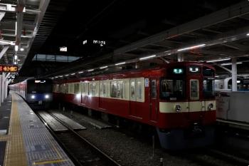 2020年11月28日 18時9分ころ。所沢。右は18時4分に到着した準急 池袋ゆきの4150レ、左が4番ホームへ到着する20151Fの上り列車。