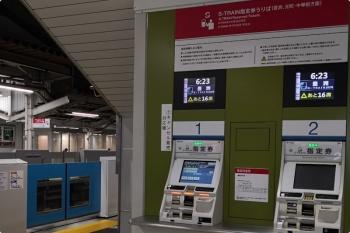 2020年11月30日 5時半ころ。所沢。S-TRAINの指定券販売機。左の2番ホームのホームドアが閉まってます。